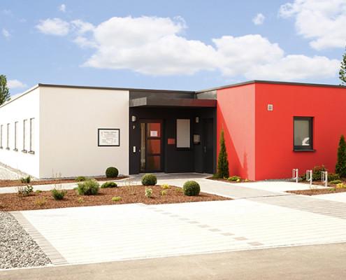 Bau von Geschäftsräumen und Gestaltung der Außenanlagen